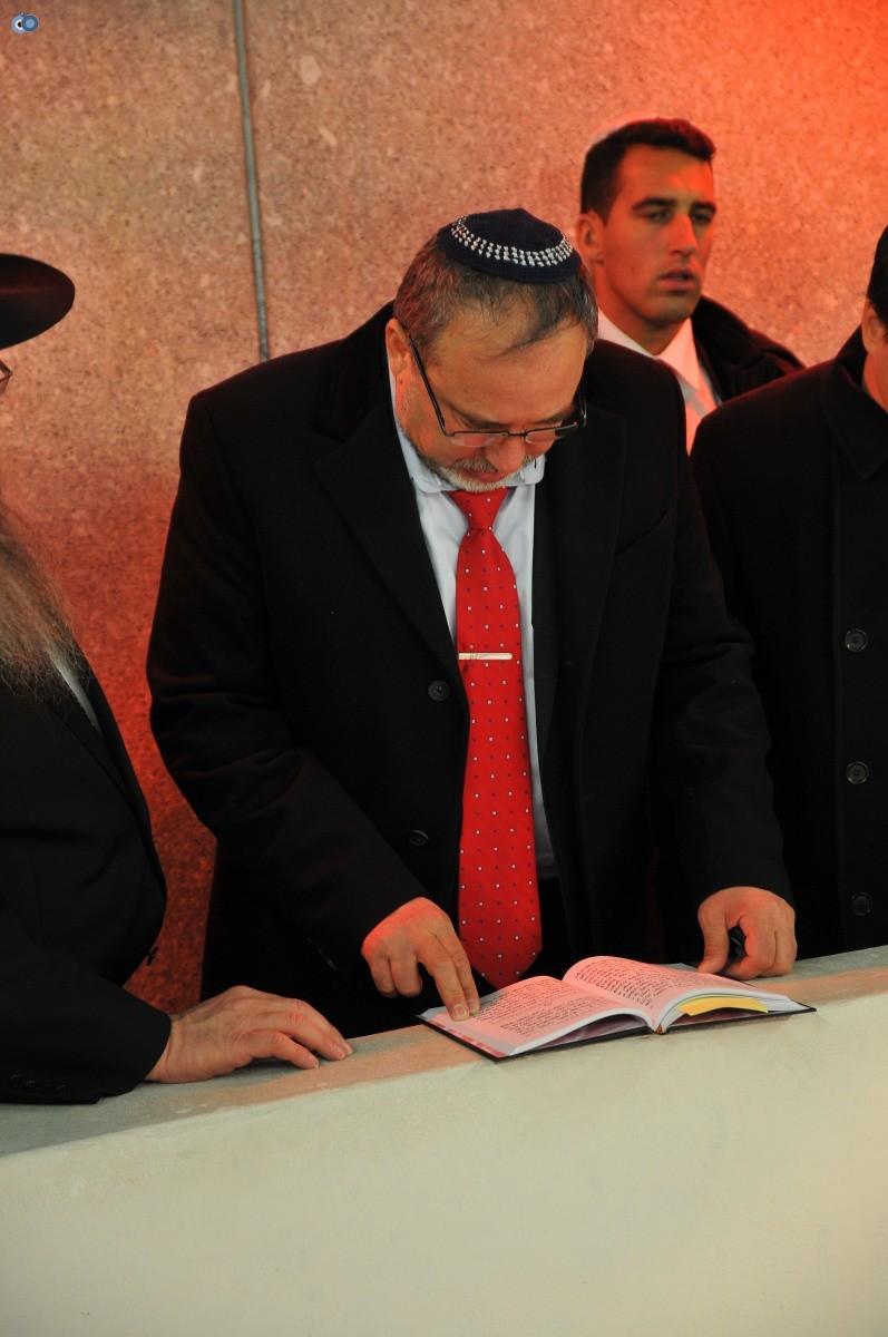 ליברמן בקברו של הרב'ה מחבד (63)
