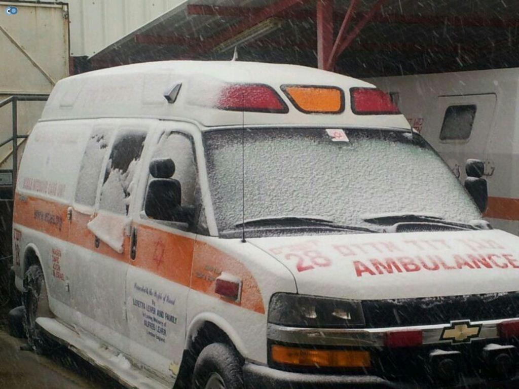 פתיתי השלג הראשונים מכסים ניידת טיפול נמרץ של מדא בקרית ארבע - צילום ארכיון דוברות מדא
