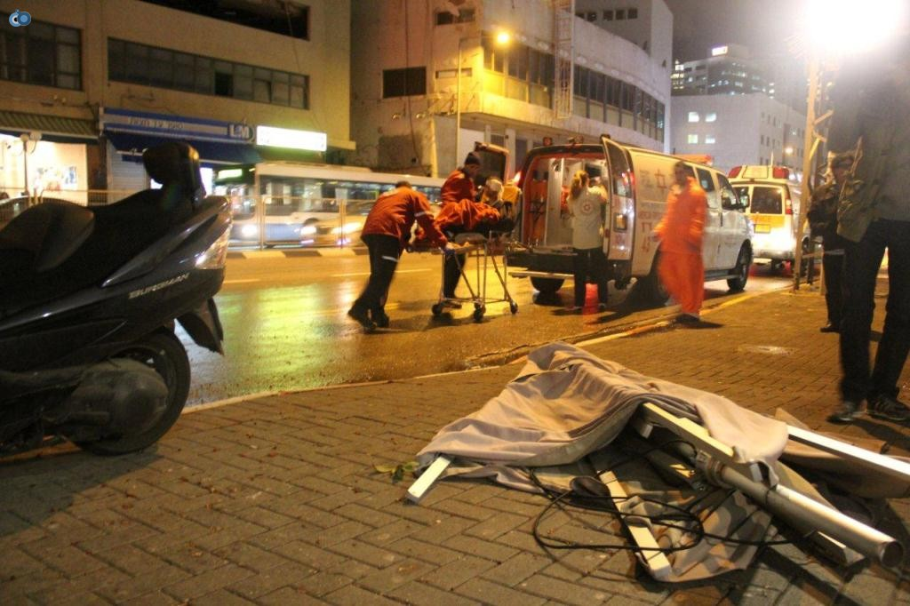 צוותי מדא מעניקים טיפול רפואי לפצוע מנזקי הסופה בתל אביב