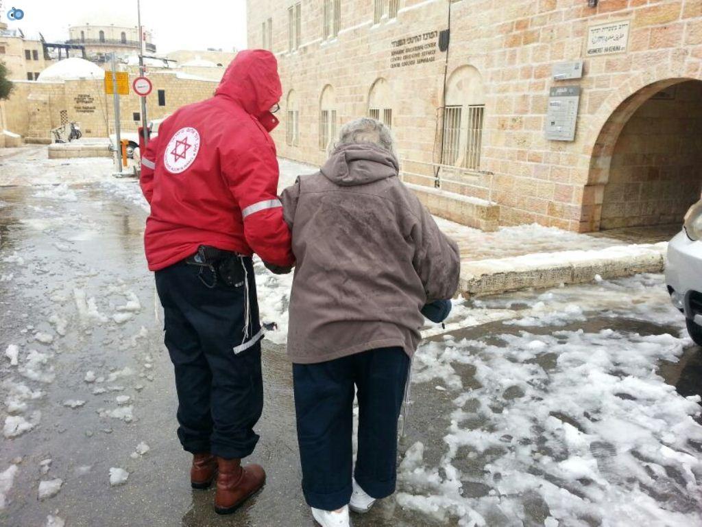 צוותי מדא פועלים בשלג - צילום דוברות מדא 12.12.13 (1)