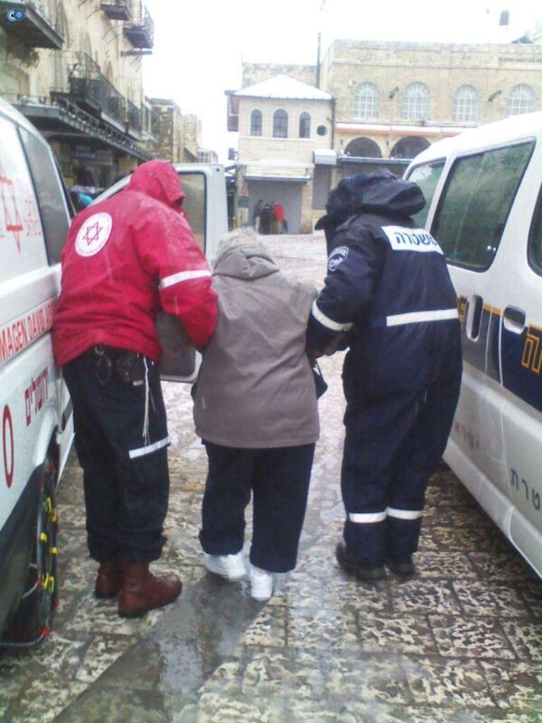 צוותי מדא פועלים בשלג - צילום דוברות מדא 12.12.13 (2)