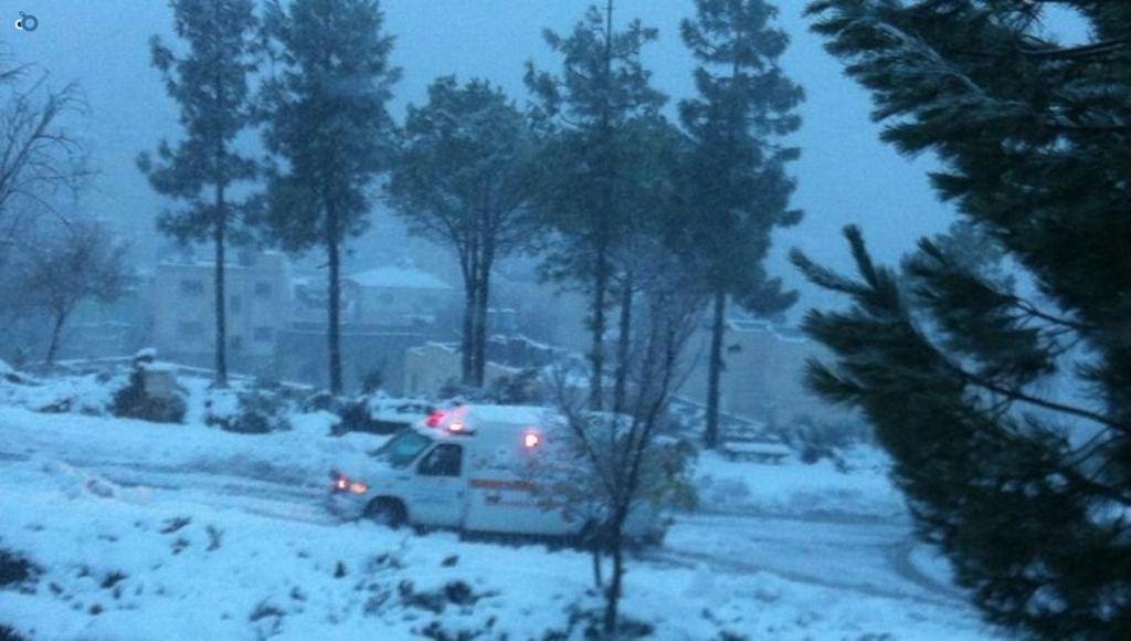 צוותי מדא פועלים בשלג - צילום דוברות מדא 12.12.13 (3)