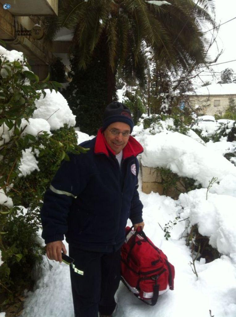 צוותי מדא פועלים בשלג - צילום דוברות מדא 17.12.13 (1)