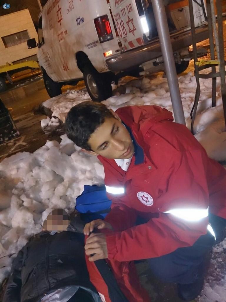 צוותי מדא פועלים בשלג - צילום דוברות מדא 17.12.13 (2)