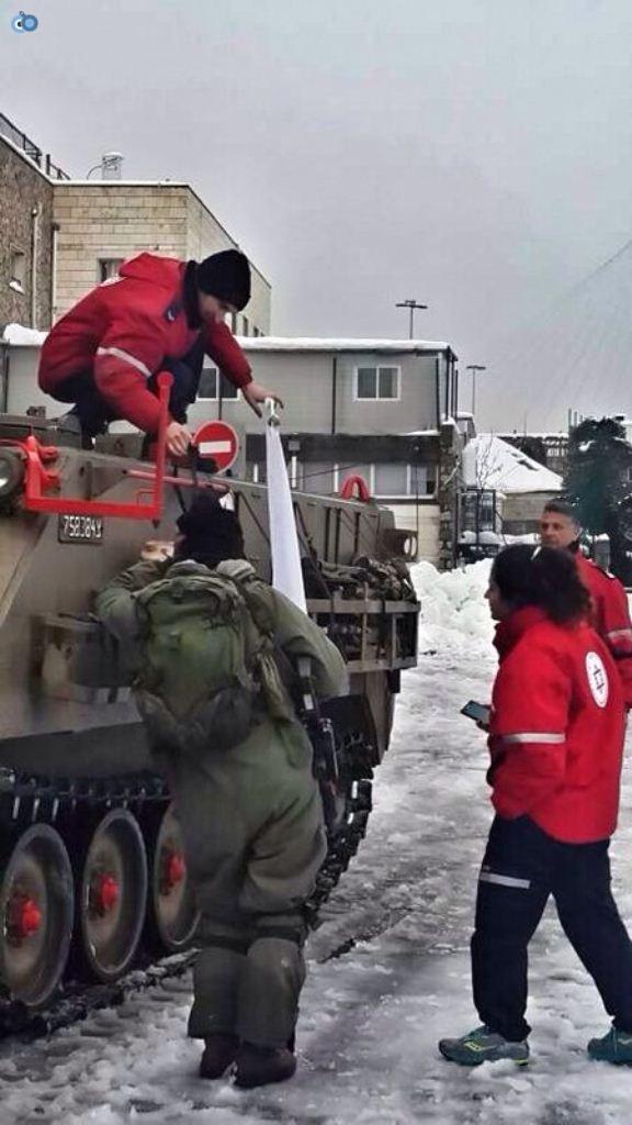 צוותי מדא פועלים בשלג - צילום דניאל אלבו דוברות מדא - 15.12.13 (3)