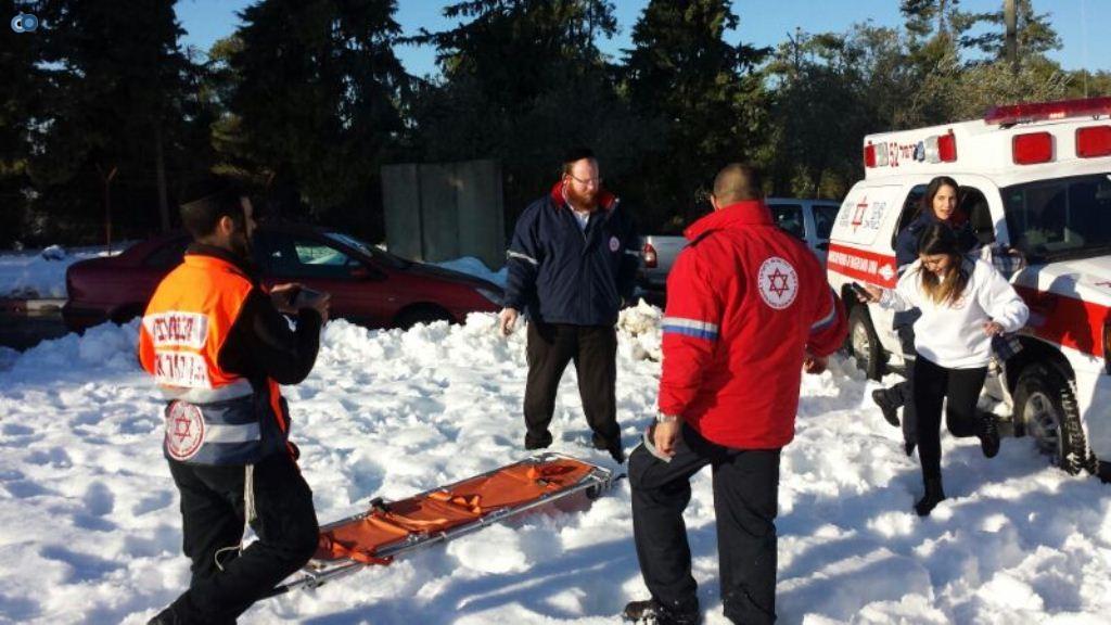 צוותי מדא פועלים בשלג - צילום שלומי אסולין דוברות מדא 17.12.13 (1)