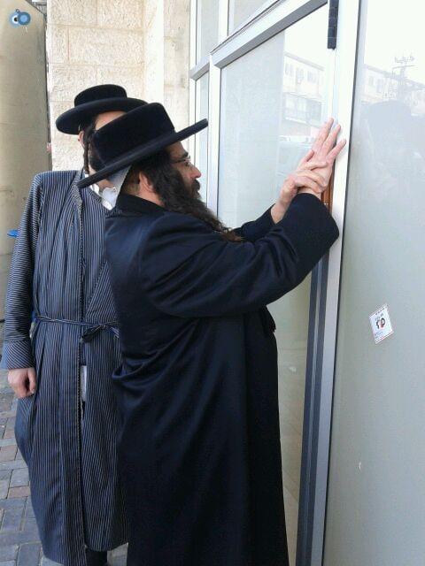 הרב ברנסדורפר בקביעת מזוזה בלאומית מאה שערים (3)