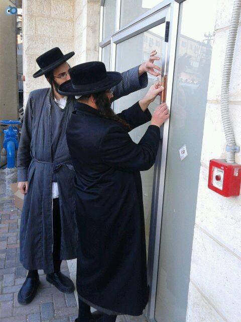 הרב ברנסדורפר בקביעת מזוזה בלאומית מאה שערים (4)