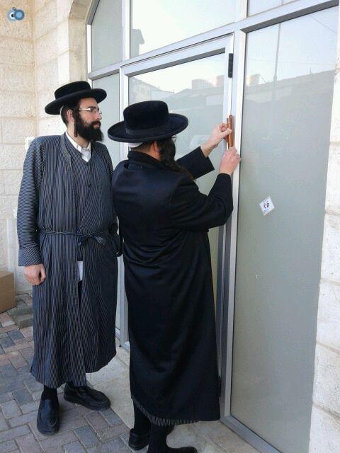 הרב ברנסדורפר קובע מזוזה בלאומית מאה שערים
