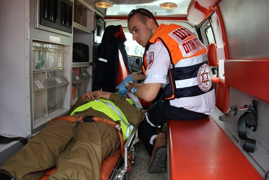 כוחות מדא מעניקים טיפול רפואי לנפגעים מדומים בתרגיל נחליאלי בנתבג - צילום דוברות מדא 27.1.14 (2)