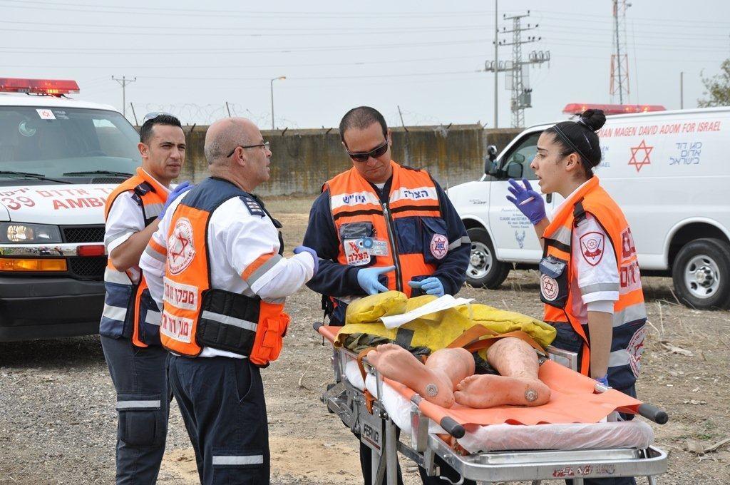 צוותי מדא מטפלים בפצועים בתרגיל אירוע רב נפגעים בראש העין - צילום אלון ריזקאן דוברות מדא 27.1.14 (3)