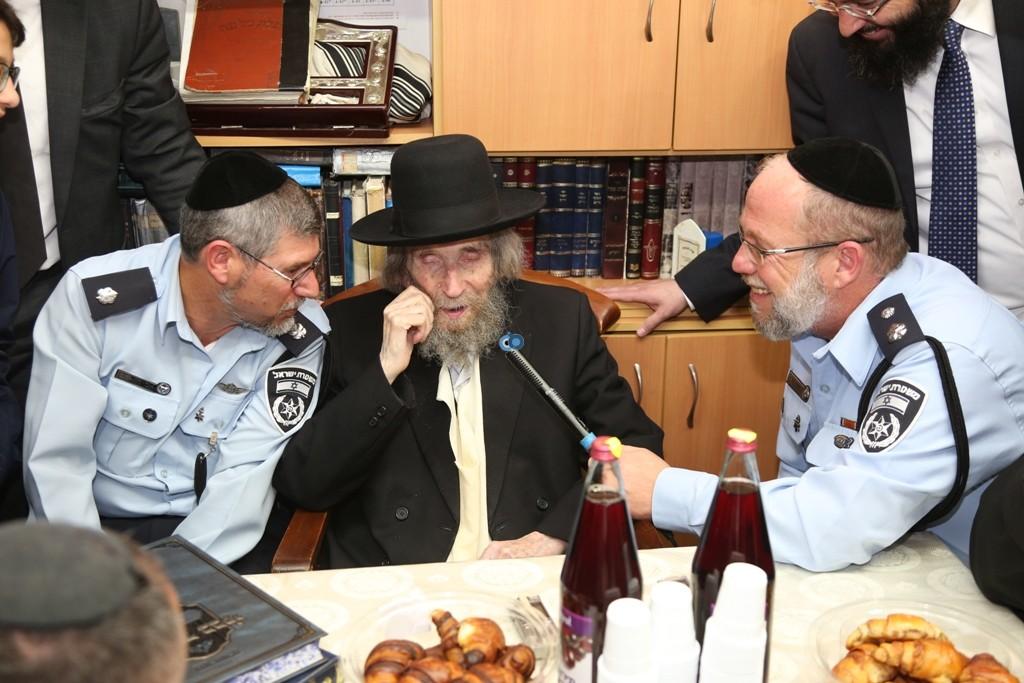 שוטרים בבית הרב שטיינמן- צילום אלי קובין (3)