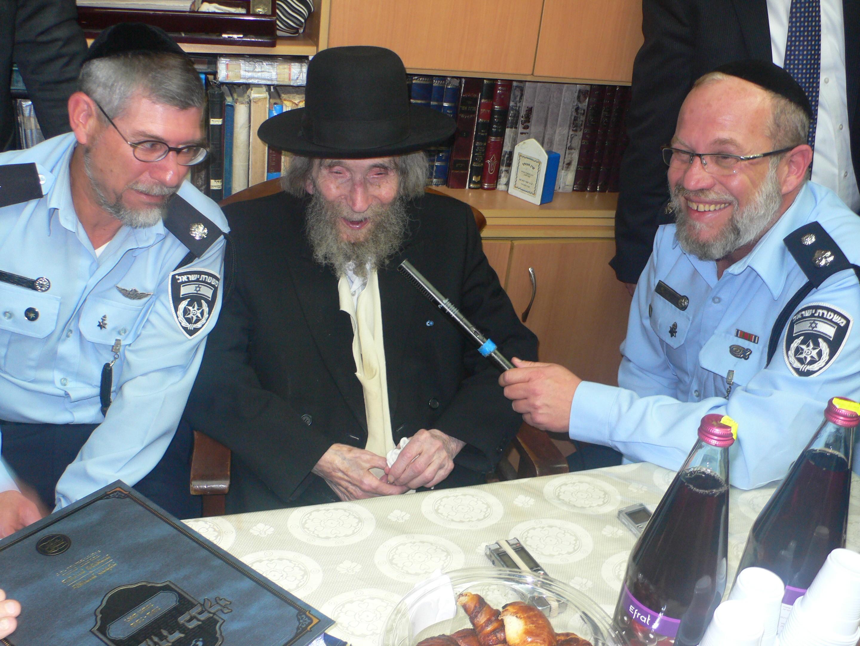 שוטרים בבית הרב שטיינמן- צילום אלי קובין (4)