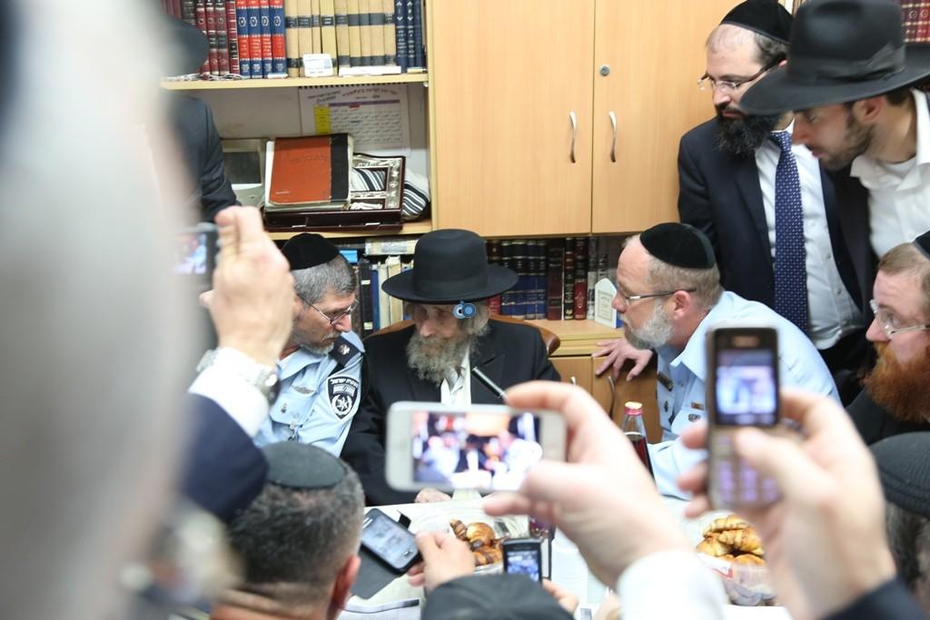 שוטרים בבית הרב שטיינמן- צילום אלי קובין (5)