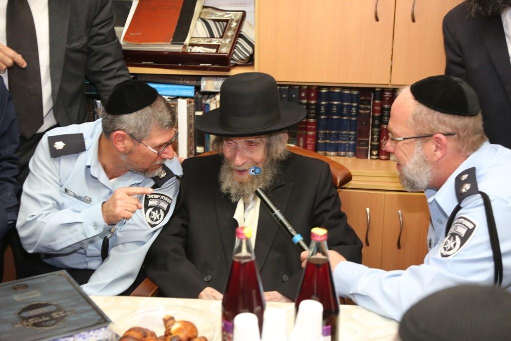 שוטרים בבית הרב שטיינמן- צילום אלי קובין (7)