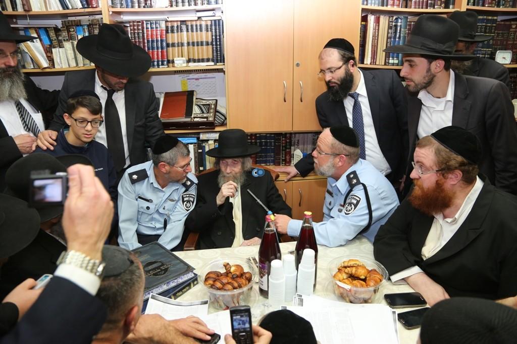 שוטרים בבית הרב שטיינמן- צילום אלי קובין (8)