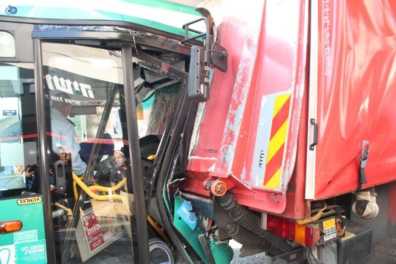 תאונה  אוטובוס  עם רכב  צילם משה מזרחי 24 (11)