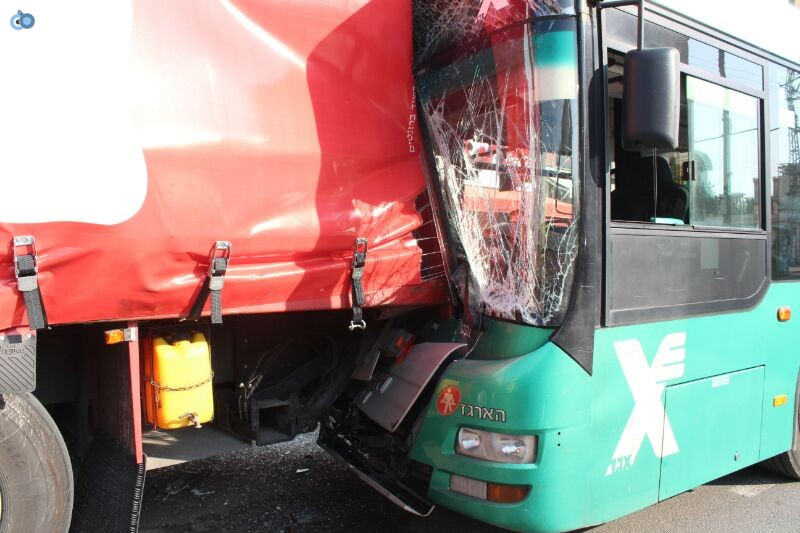 תאונה  אוטובוס  עם רכב  צילם משה מזרחי 24 (7)