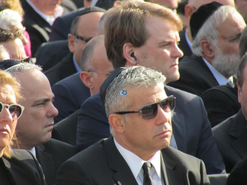 resized_יאיר לפיד חבוש כיפה גלעד עומרי שרון לא בטקס אשכבה לאביהם צילום קוקר (1)