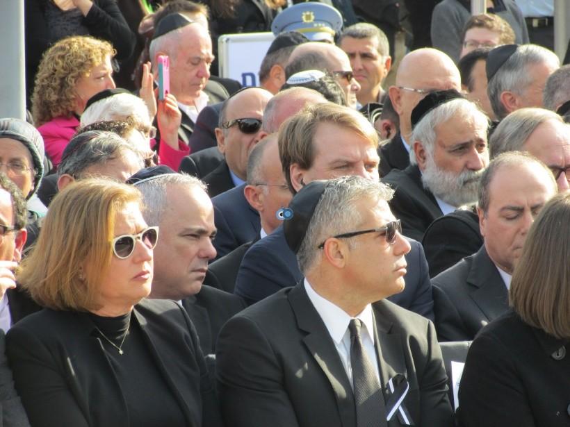 resized_יאיר לפיד חבוש כיפה גלעד עומרי שרון לא בטקס אשכבה לאביהם צילום קוקר (4)