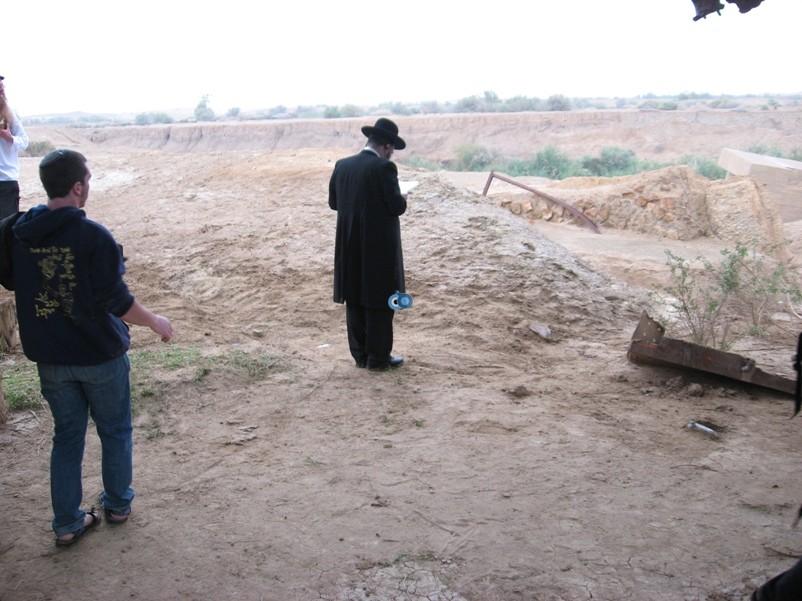 הר נבו מקובל ישועה בן שושן מול קבר משה רבינו באדיבות (1)