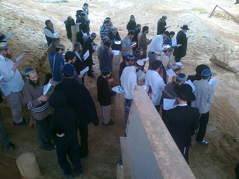 הר נבו מקובל ישועה בן שושן מול קבר משה רבינו באדיבות (2)