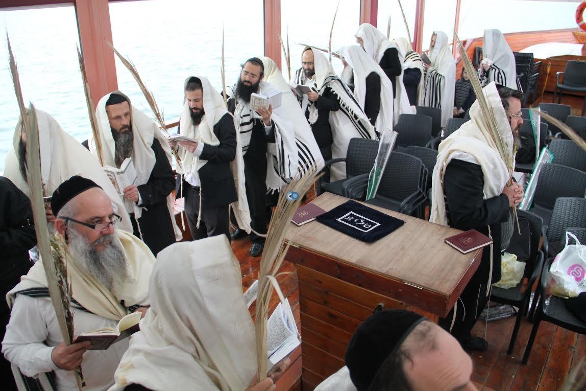תפילות עם לולבים בים נגד בצורת מנחמן (1)
