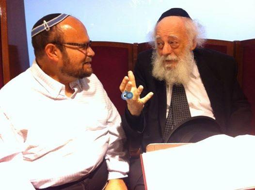 """""""הקמתי פה מעוז של הפלג הירושלמי"""" , הרב לוין עם גרנות - צילום אלי קובין"""