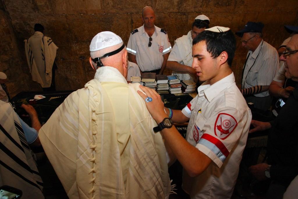 חגיגות בר ובת מצווה ל 87 ניצולי שואה ונרדפי נאצים בכותל - אסף ברזינגר לוגסי תעוד מבצעי מדא 7.4.14 (4)