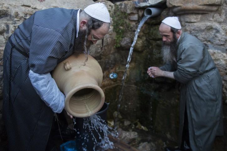 מים שלנו חסידים פסח תשע''ד - צילום פלאש 90