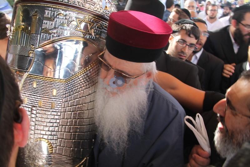הכנסת ס''ת עם הרב יחיאל אבוחצירא רמלה צילם אור הרשב''י (11)