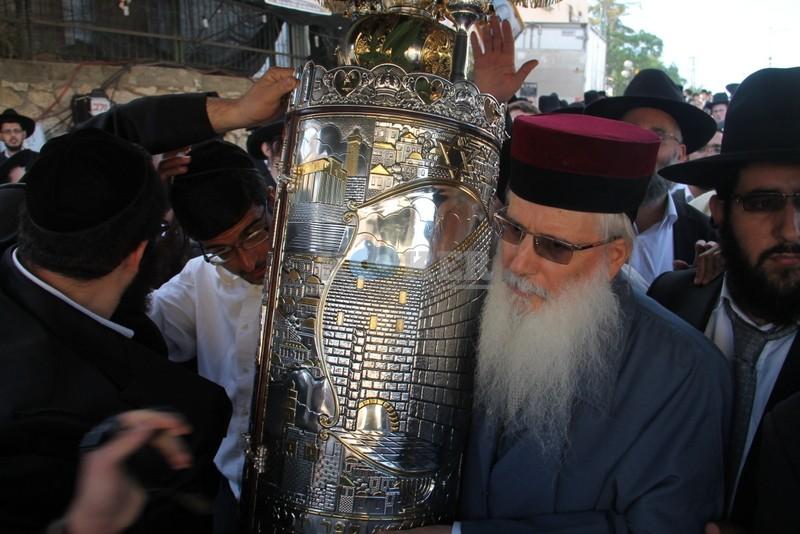 הכנסת ס''ת עם הרב יחיאל אבוחצירא רמלה צילם אור הרשב''י (12)