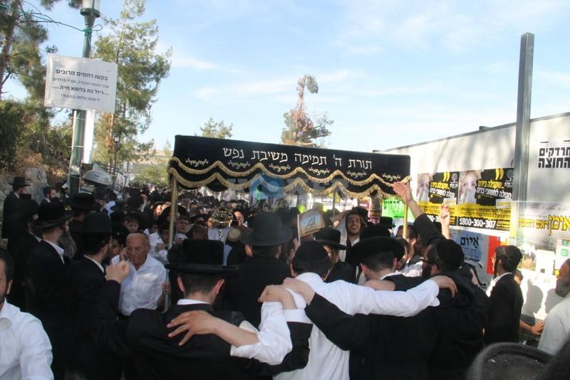 הכנסת ס''ת עם הרב יחיאל אבוחצירא רמלה צילם אור הרשב''י (16)