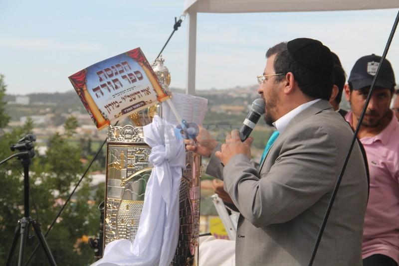 הכנסת ס''ת עם הרב יחיאל אבוחצירא רמלה צילם אור הרשב''י (5)