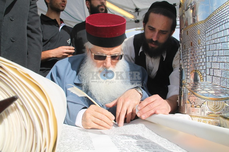 הכנסת ס''ת עם הרב יחיאל אבוחצירא רמלה צילם אור הרשב''י (8)