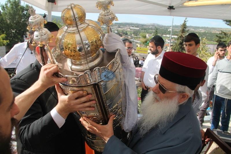 הכנסת ס''ת עם הרב יחיאל אבוחצירא רמלה צילם אור הרשב''י (9)