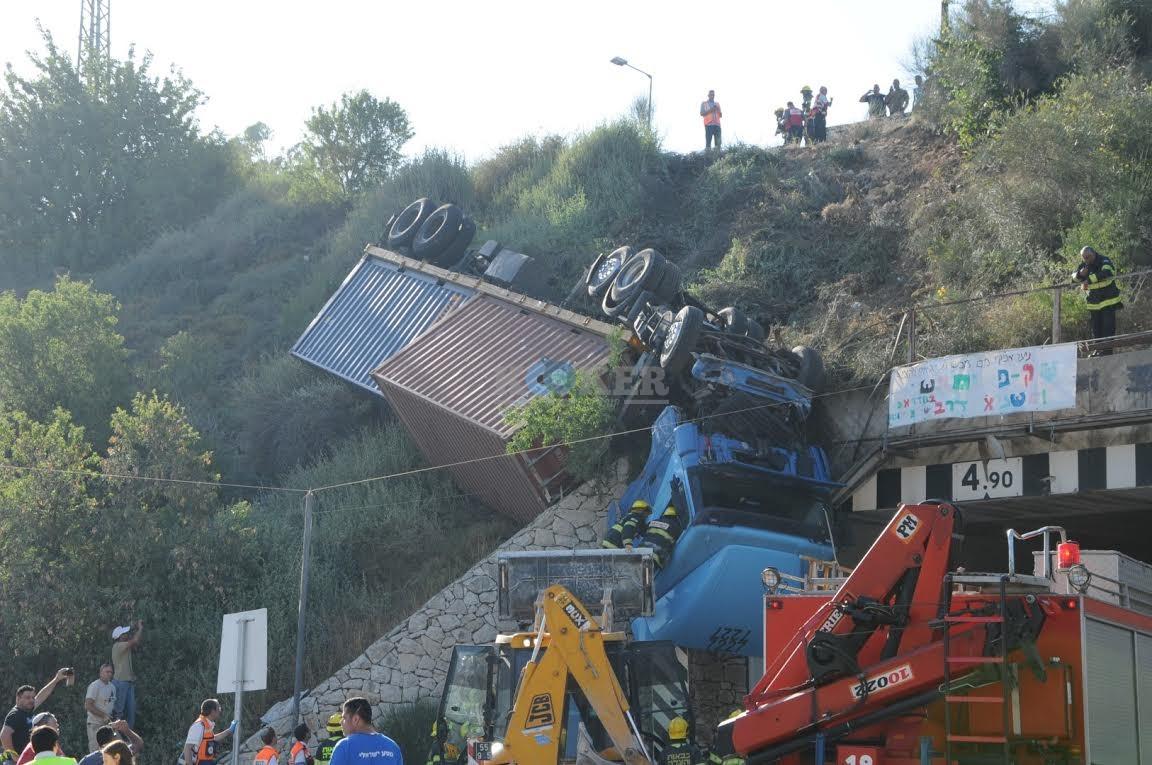 משאית תלויה, תאונה מוצא, צילם משה אסולין איחוד הצלה (15)