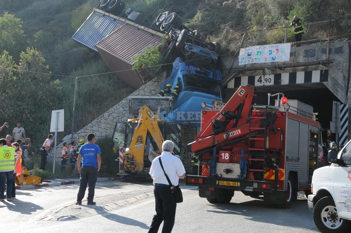 משאית תלויה, תאונה מוצא, צילם משה אסולין איחוד הצלה (17)