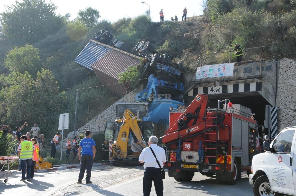 משאית תלויה, תאונה מוצא, צילם משה אסולין איחוד הצלה (18)