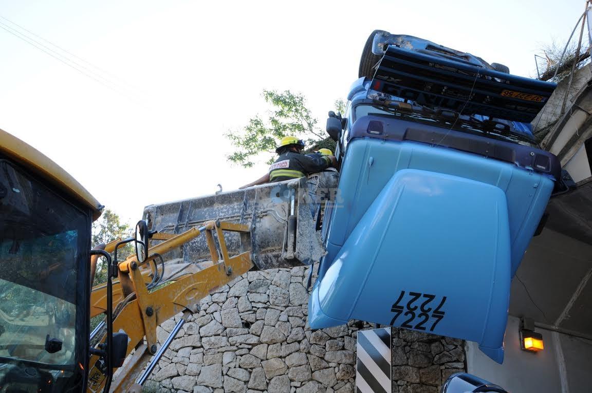 משאית תלויה, תאונה מוצא, צילם משה אסולין איחוד הצלה (5)
