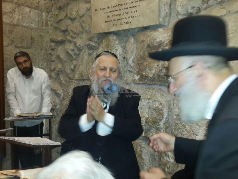 רבי ראובן אלבז בכותל המערבי מוצאי שבועות צילם יוסף חיים בן ציון 24 (11)