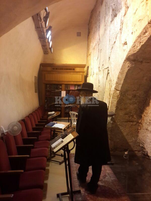 רבי ראובן אלבז בכותל המערבי מוצאי שבועות צילם יוסף חיים בן ציון 24 (2)