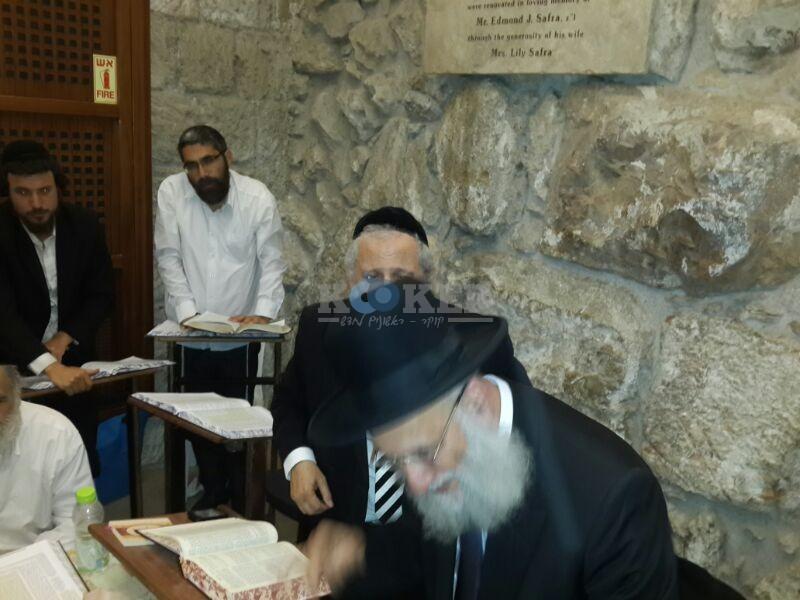 רבי ראובן אלבז בכותל המערבי מוצאי שבועות צילם יוסף חיים בן ציון 24 (22)