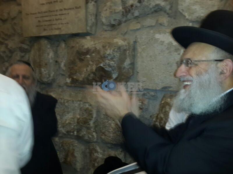 רבי ראובן אלבז בכותל המערבי מוצאי שבועות צילם יוסף חיים בן ציון 24 (4)
