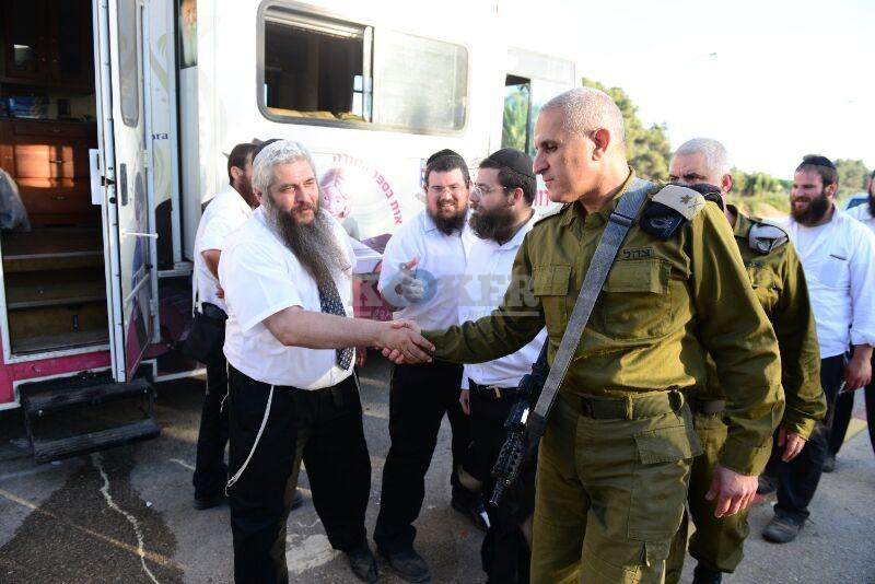 חב''ד מעודדדים את חיילי צה''ל באדיבות המצלם משיף (4)