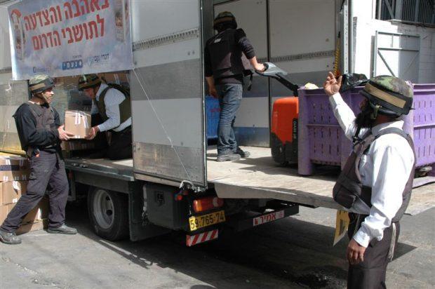 מתנדבי חסדי נעמי בחלוקת מזון לתושבי הדרום03