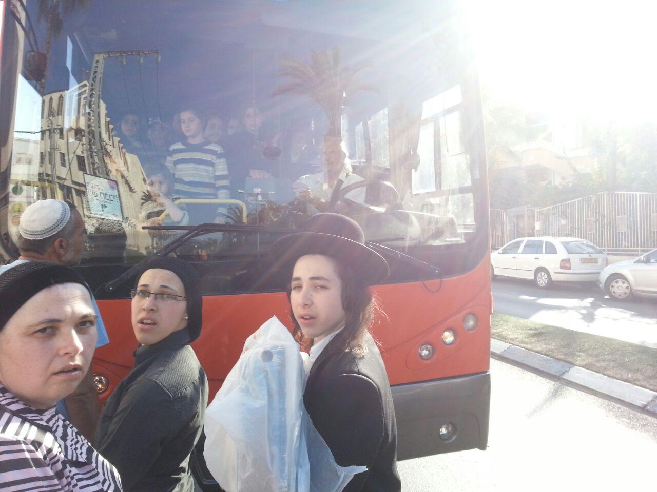 אוטובוס אוטובוסים חרדים נוסעים זועמים - צילם יהודה רחמים 24 (10)