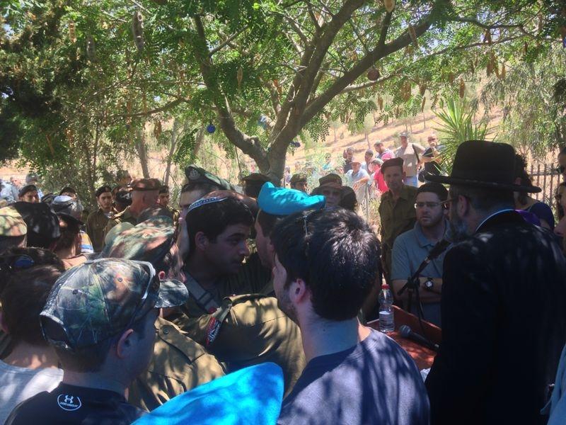 הגר''ד לאו עם חיילים