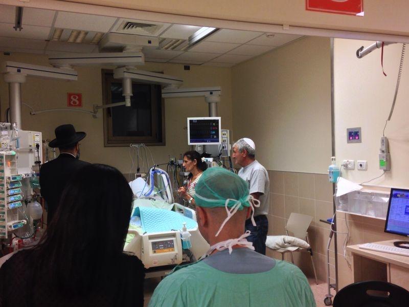 הרב לאו בבית חולים מתפלל על חולים חולה