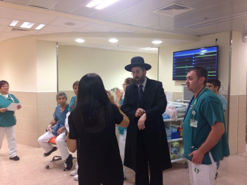 לאו עם רופאים בבית חולים